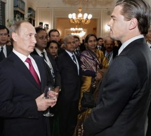 Szentpétervár, 2010. november 24. Vlagyimir PUTYIN orosz miniszterelnök (b) és Leonardo DiCAPRIO amerikai színész beszélget a tigrisek megmentésérõl szóló szentpétervári tanácskozáson résztvevõk tiszteletére adott koncert után a szentpétervári Mihajlovszkij színházban 2010. november 23-án. DiCaprio Természetvédelmi Világalap (WWF) vezetésének tagjaként  egymillió dollárt adományozott a tigrisek védelmére. (MTI/EPA/Alekszej Druzsinyin)