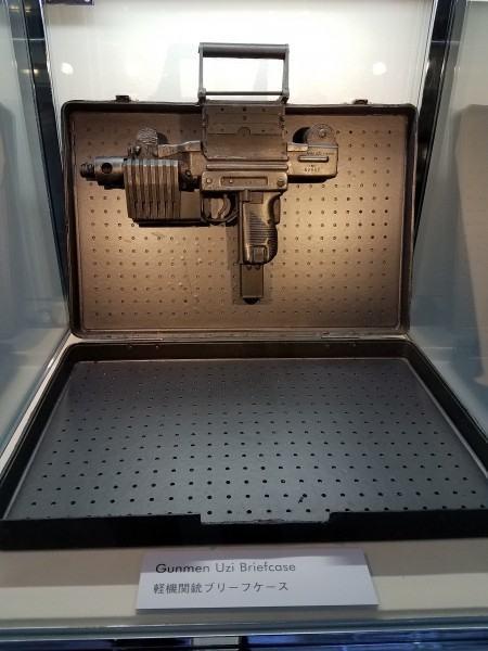 20161114-ghost-in-the-shell-gunmen-uzi-briefcase-450x600-copia
