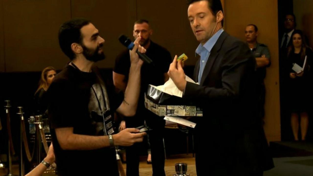 Hugh Jackman recebe uma rapadura em coletiva de Logan no Brasil